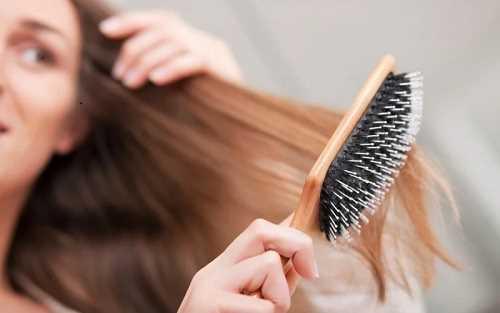 استفاده از برس مناسب و خیس شانه نکردن مو