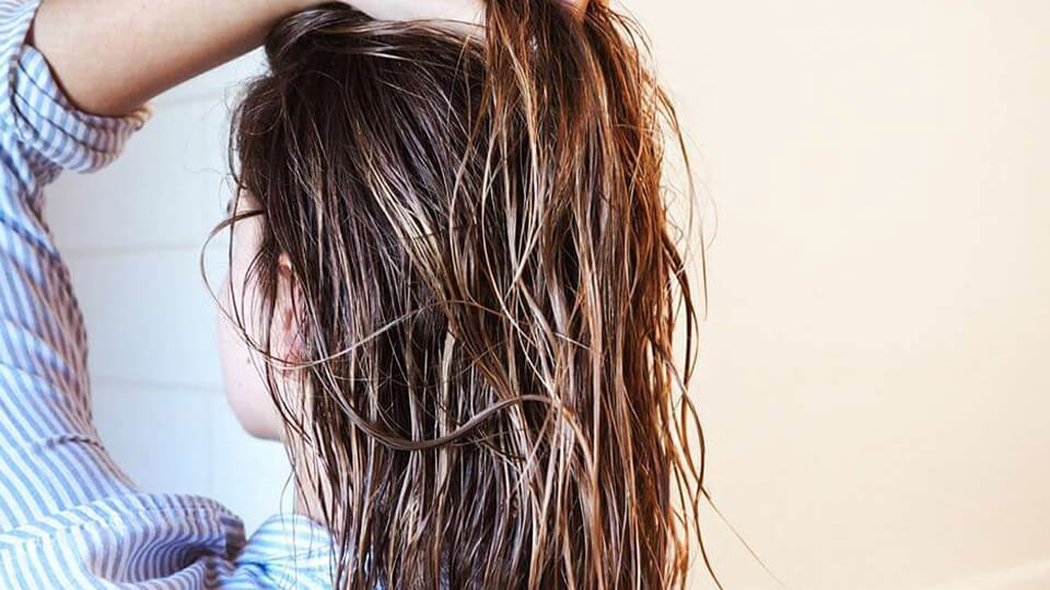 استفاده از سرم آبرسان برای جلوگیری از وز شدن مو