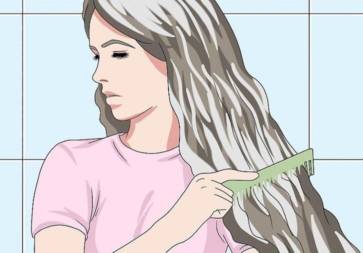 پس از اعمال ماسک بر روی موها، موهایتان را شانه کنید