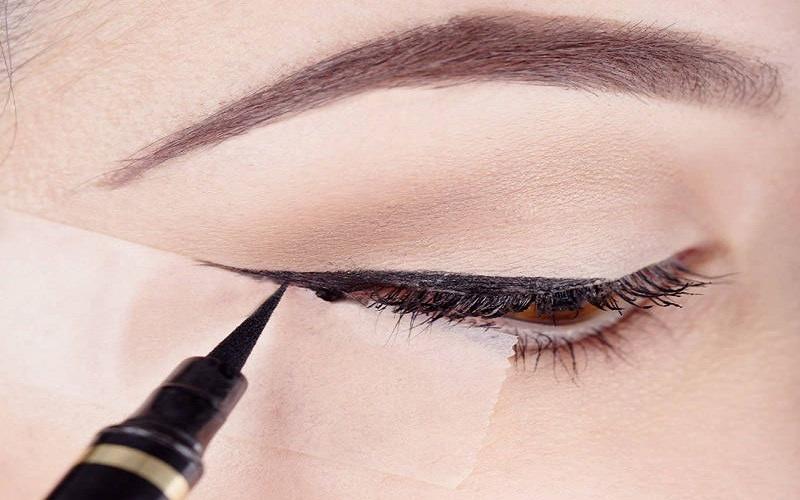 نحوه صحیح کشیدن خط چشم با نوار چسب