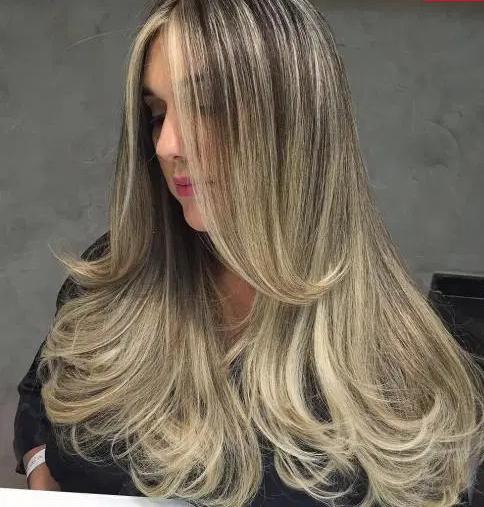 آرایش موهای صاف با رنگ هایلایت و انتهای فر