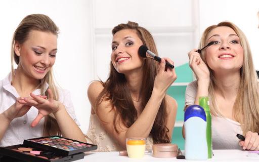 دختران در حال آرایش