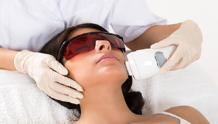 استفاده از عینک مخصوص برای پیش گیری از آسیب دیدگی چشم در هنگام لیزر