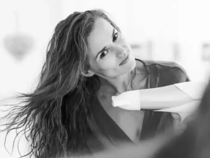 خوابیدن با موی خیس حالت دادن موها را سخت می کند