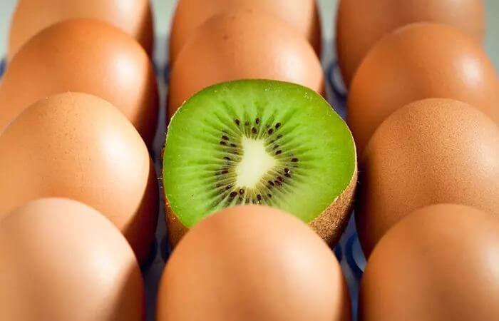 ماسک صورت کیوی و زرده تخم مرغ