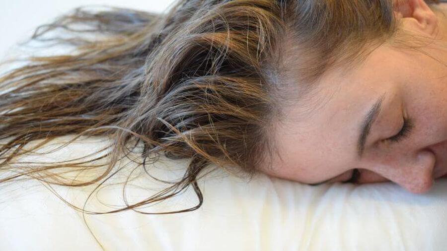 خوابیدن با موی خیس