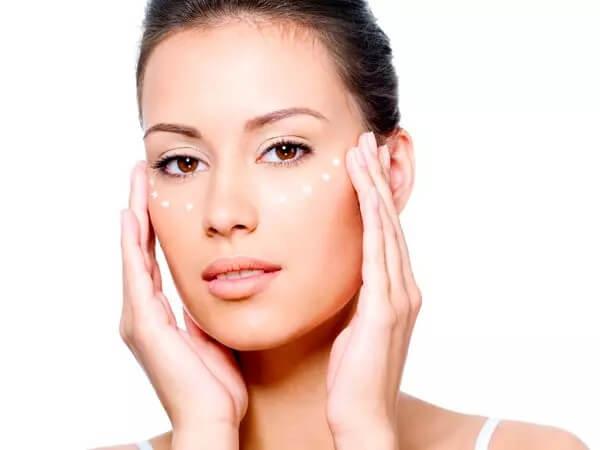مراقبت از دور چشم ها لازمه زیبایی زنان بالای 40 سال