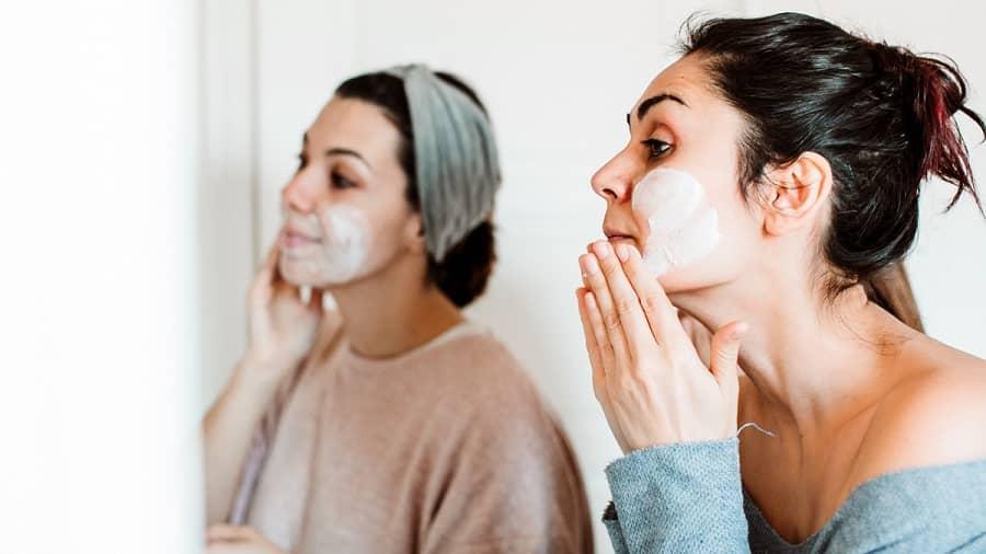 استفاده از ماسک ماست باعت رفع تیرگی زیر چشم می شود