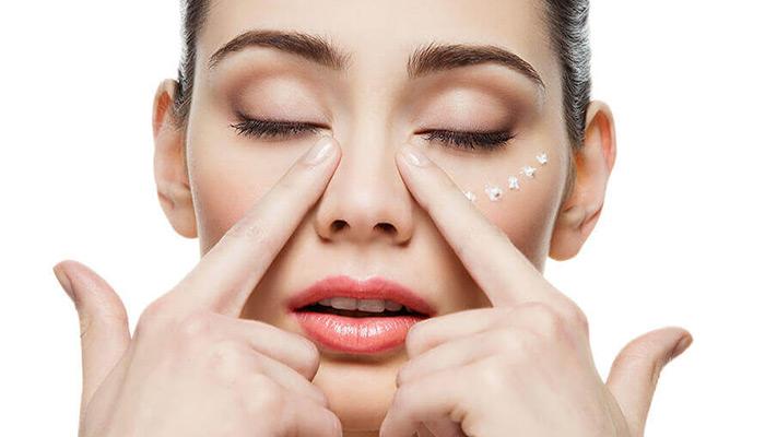 پس از شستن عسل از روی صورت از کرم دور چشم استفاد ه کنید.