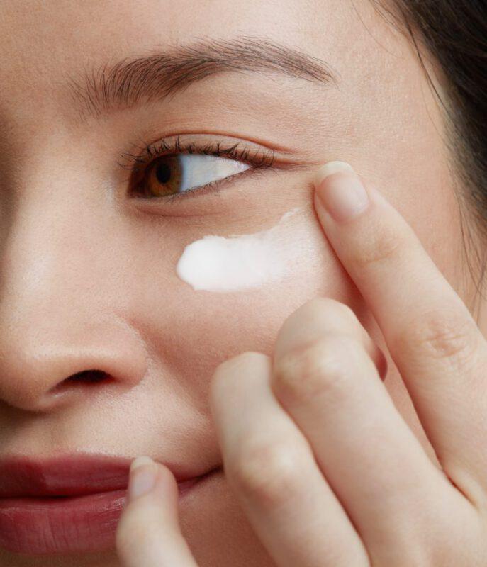 روش مراقبت پوست کره ای با استفاده از کرم دور چشم