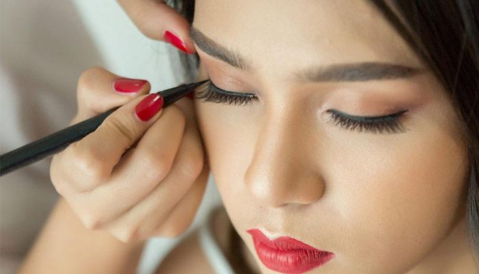 برای حالت زیبایی مژه هامی توانید از ریمل و خط چشم استفاده کنید.